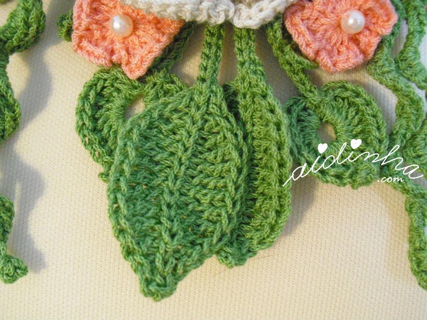 Vista do conjunto de folhas do colar de crochet, creme e salmão
