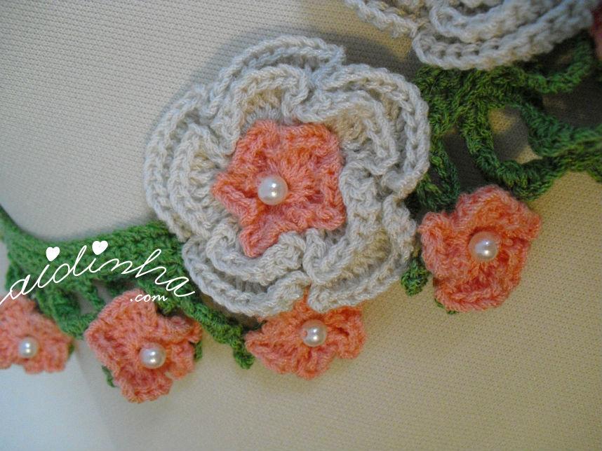 Imagem da flor média e pequenas do colar de crochet