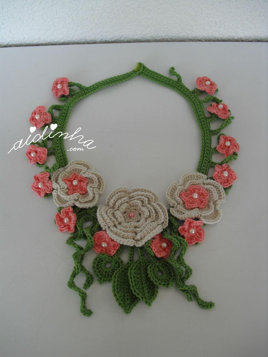 Vista total do colar de crochet, com flores creme e salmão