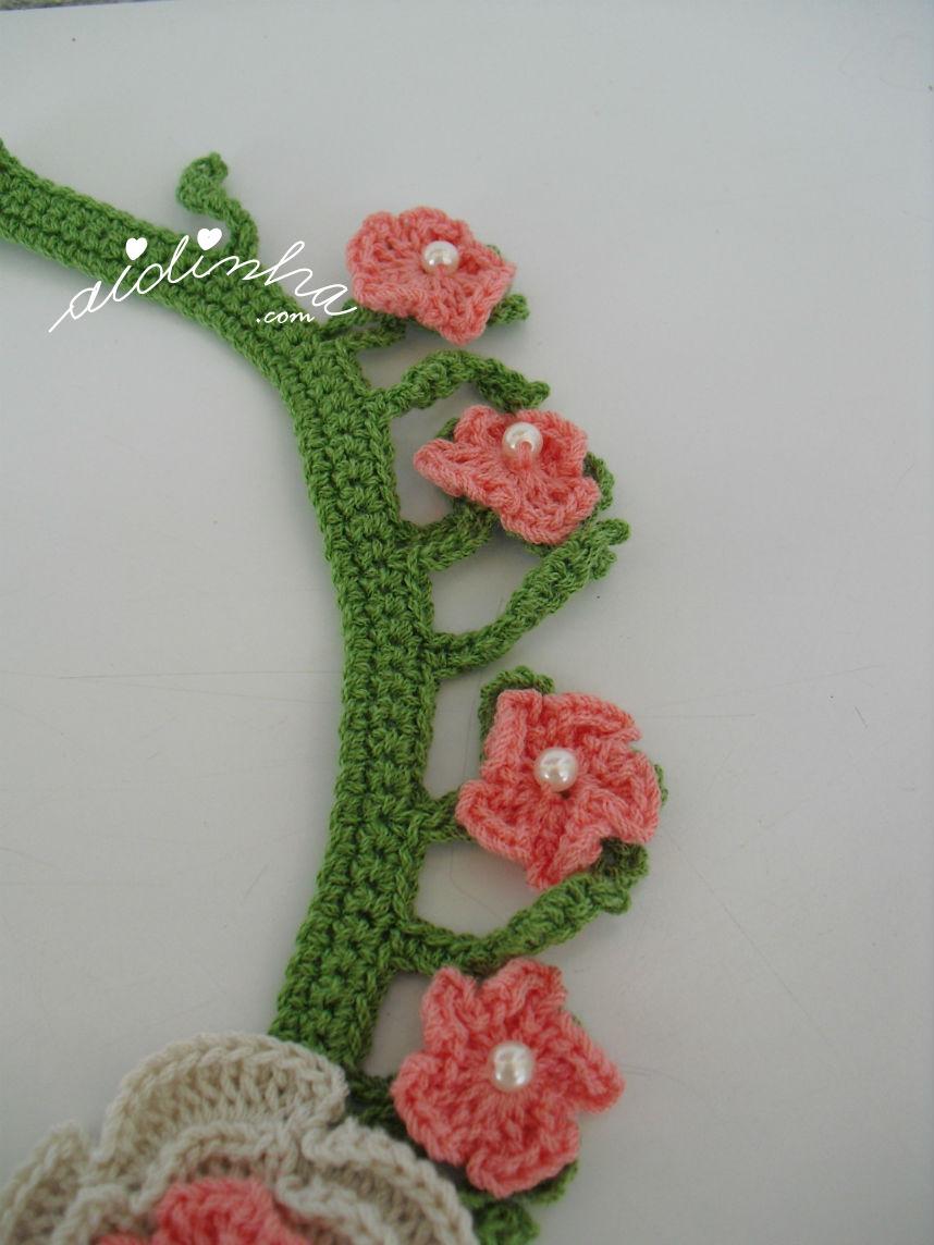 Vista das flores salmão do colar de crochet