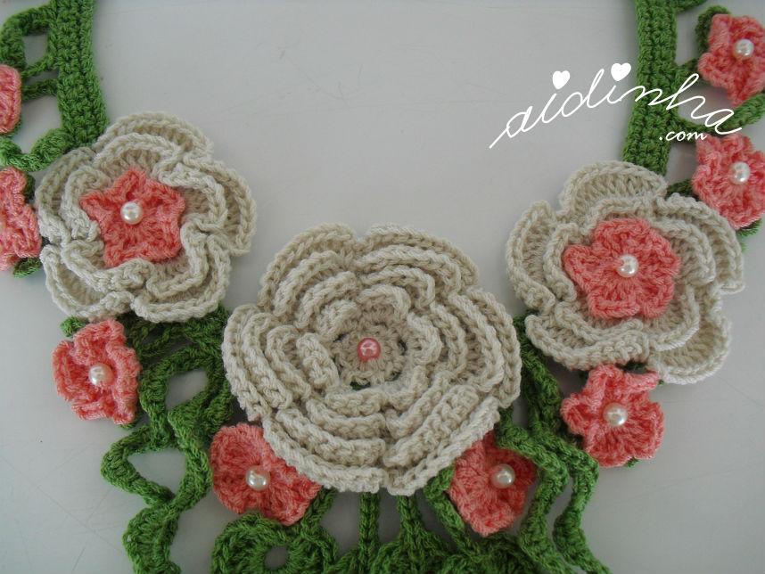 Vista do cojunto das três flores centrais do colar de crochet, creme e salmão