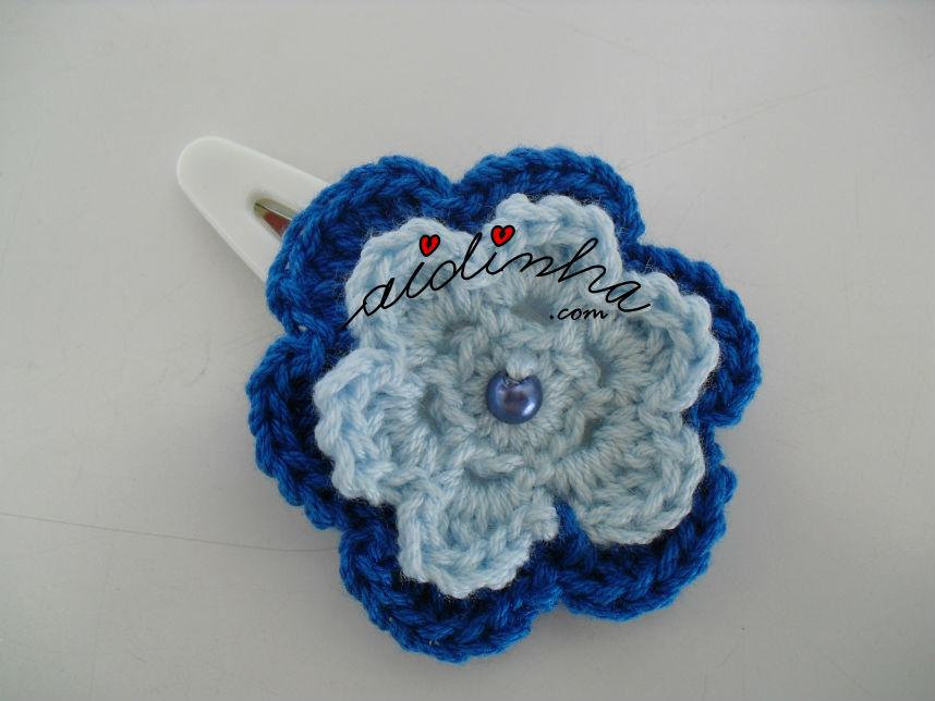 Gancho para cabelo ou tic-tac com flor de crochet azul