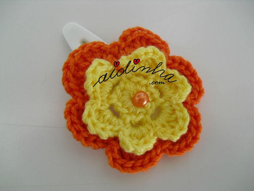Gancho para cabelo ou tic-tac com flor de crochet amarela