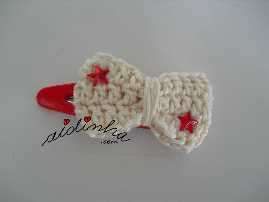 Gancho para cabelo ou tic-tac, de crochet, com lacinho pérola e estrelas de cristal
