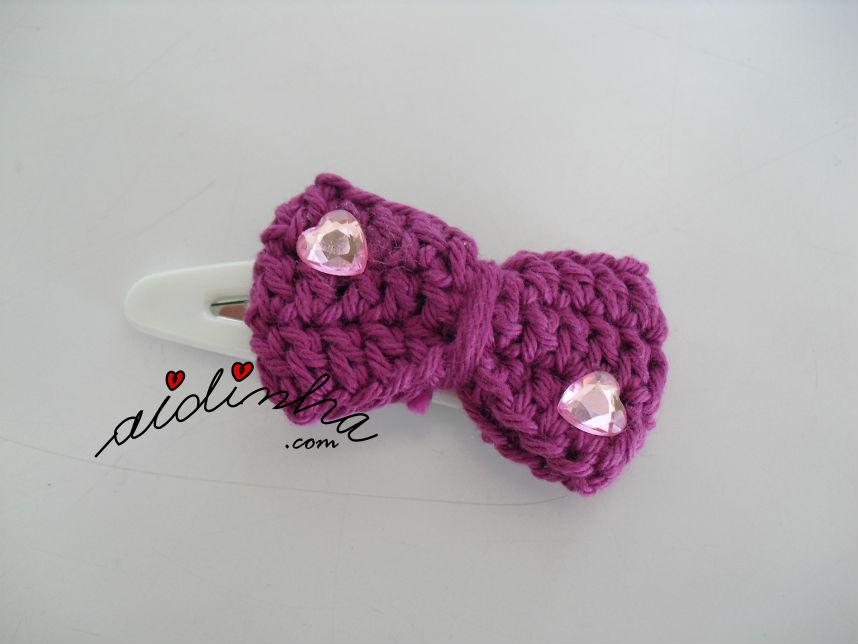 Gancho para cabelo ou tic-tac, de crochet, com lacinho fuscia e cristais rosa