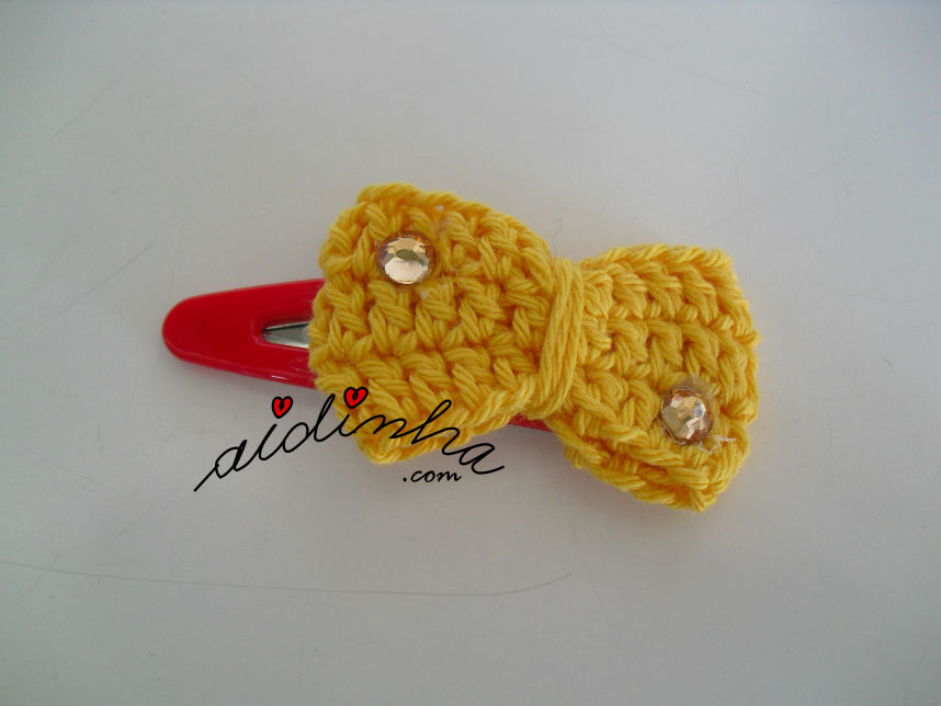Gancho para cabelo ou tic-tac, de crochet, com lacinho amarelo e cristais laranja