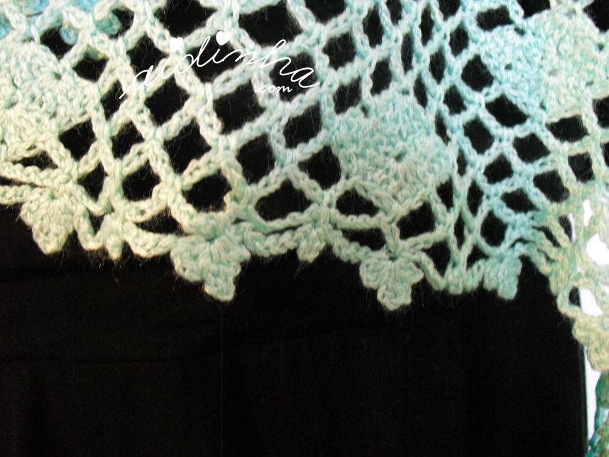 Pormenor do acabamento à volta da estola, de crochet, verde água