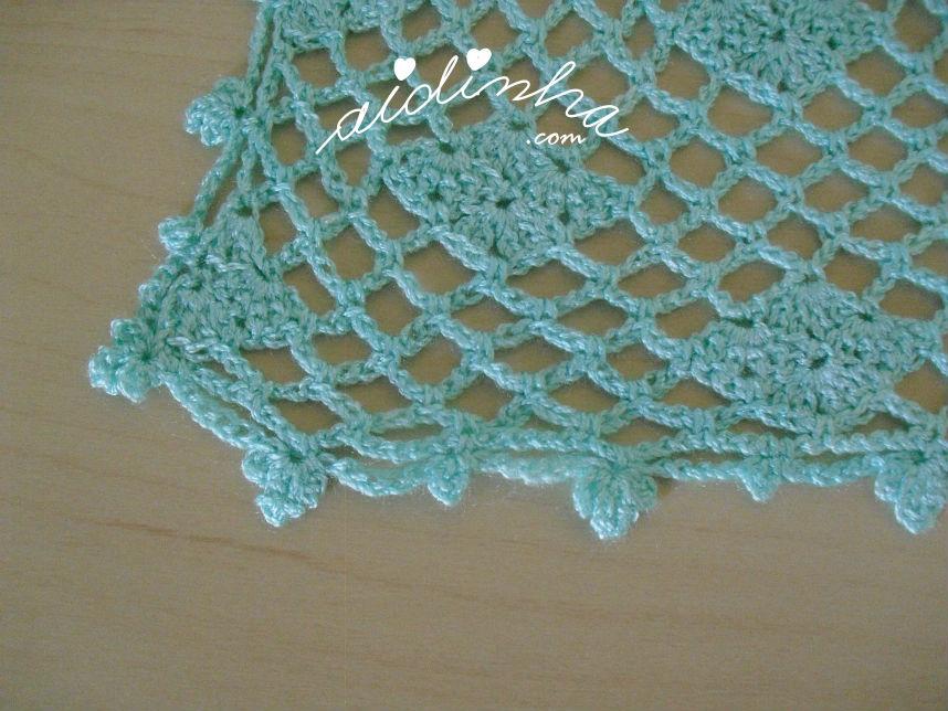Pormenor do canto, da última volta, da estola de crochet, verde água