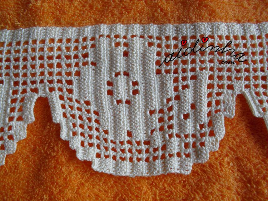 Pormenor do desenho da renda de crochet, das toalhas laranja