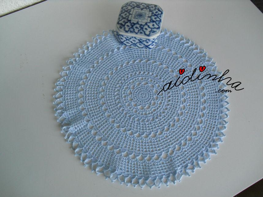 Naperon/caminho de mesa redondo, em crochet, azul