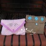 Bolsas, em crochet, nas cores castanho e rosa