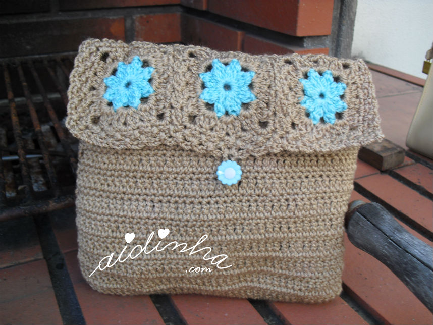 Bolsa, em crochet, castanha com rosetas turquesa