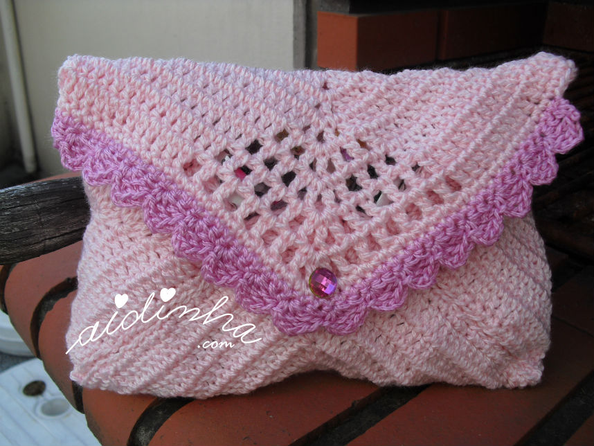 Bolsa, em crochet, no feitio de envelope, na cor rosa
