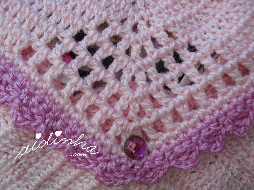 Pormenor do trabalhado central da bolsa, em crochet, rosa