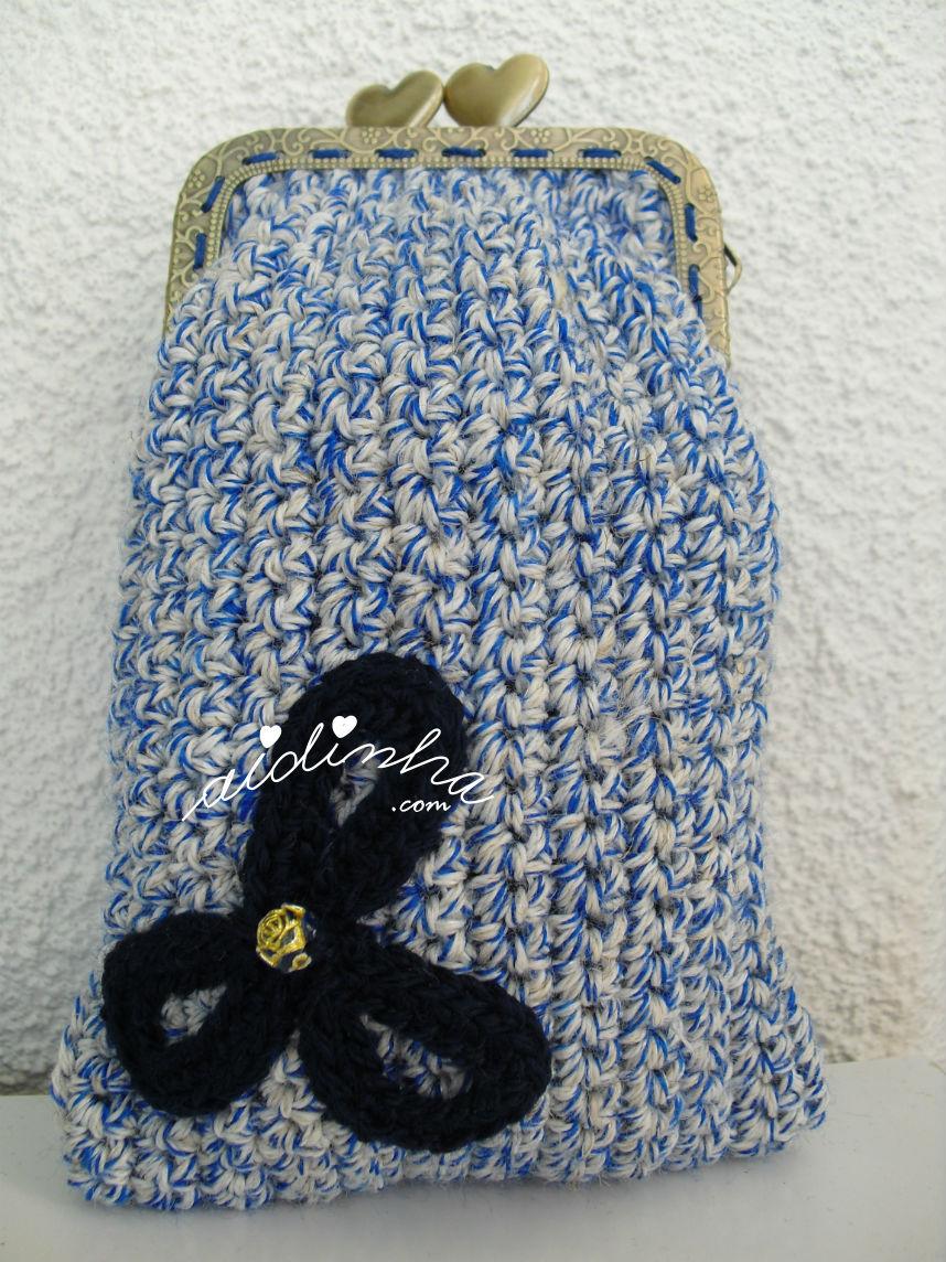 Bolsa retangular, em crochet, azul mesclada, com flor