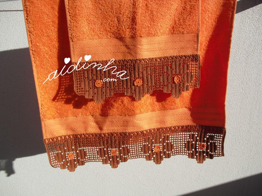 Vista das toalhas laranja penduradas