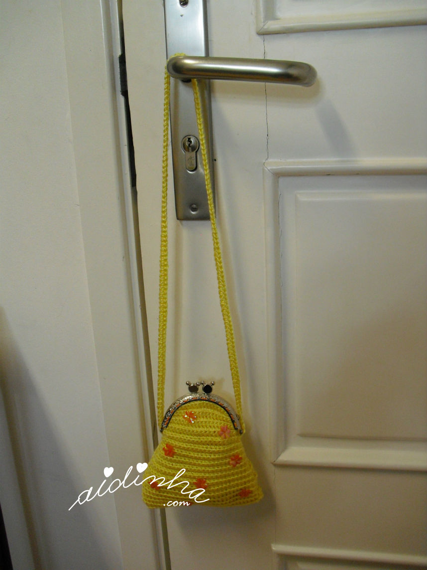 Vista bolsa infantil, em crochet, amarela, pendurada