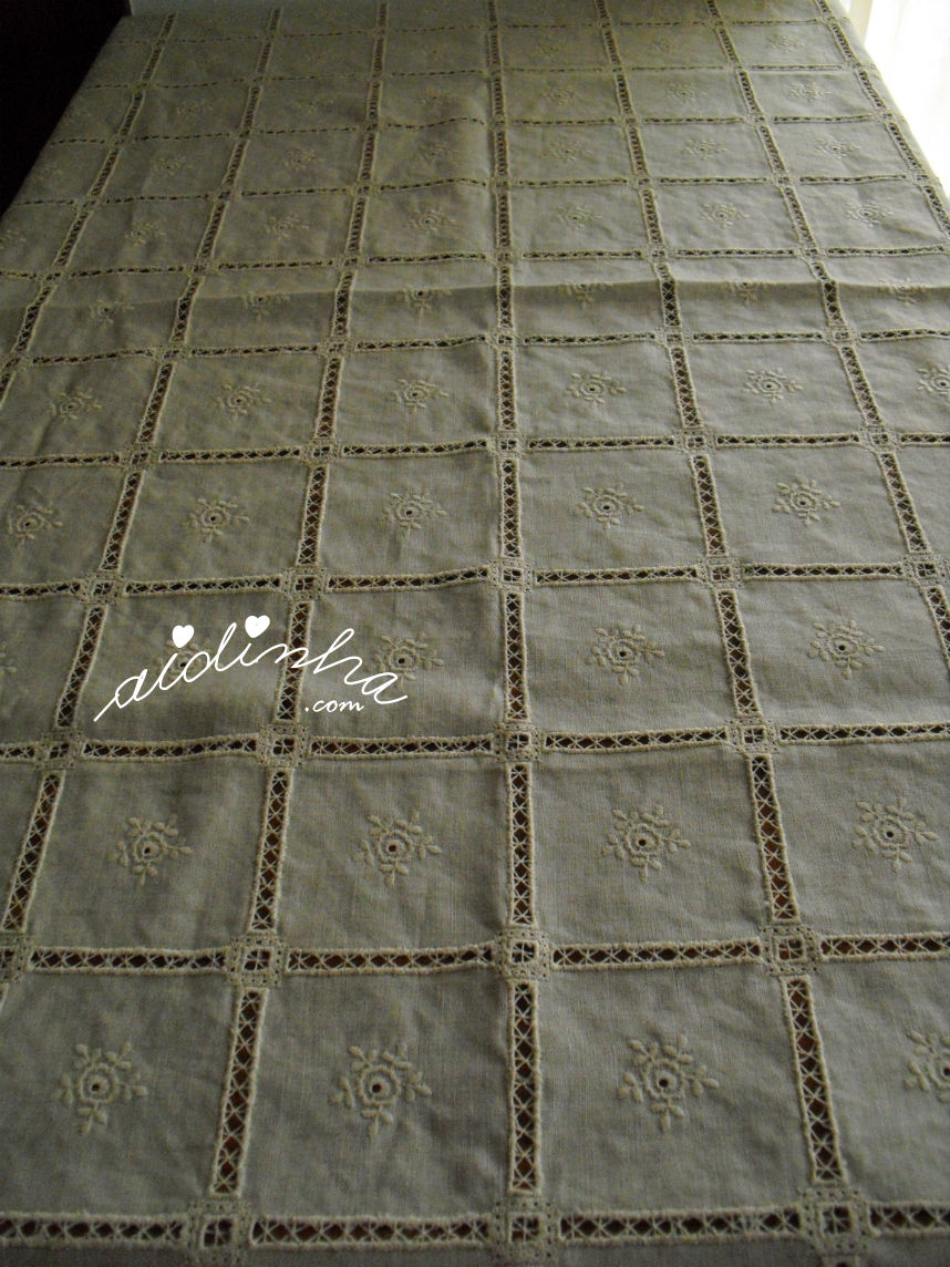 Vista geral da toalha de linho bordada