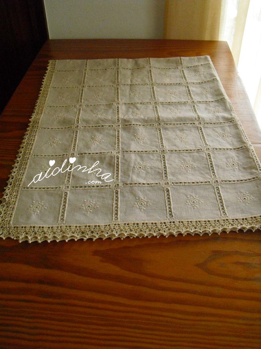Toalha de mesa, em linho, bordada, com picô de crochet