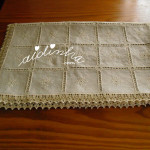 Toalha de mesa, em linho, bordada com picô de crochet
