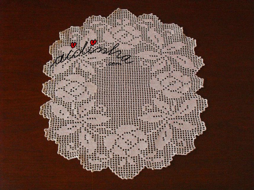 Vista total do naperon creme, em crochet