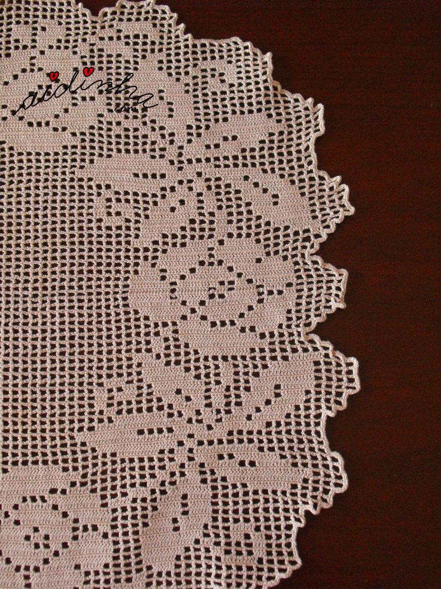 Pormenor do desenho de lado do naperon de crochet