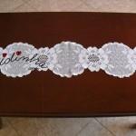 Naperon/caminho de mesa, em crochet, branco com flores
