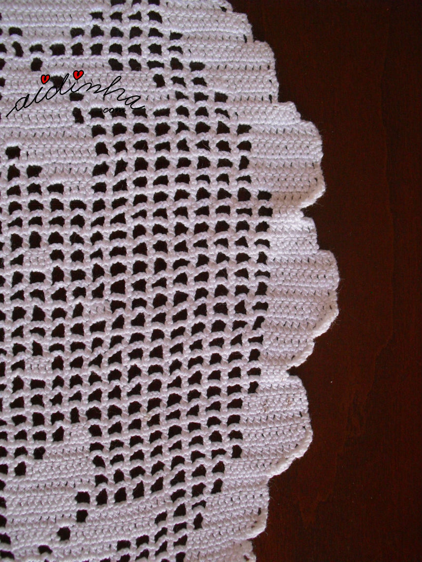 Pormenor dos aumentos das flores, do naperon de crochet branco