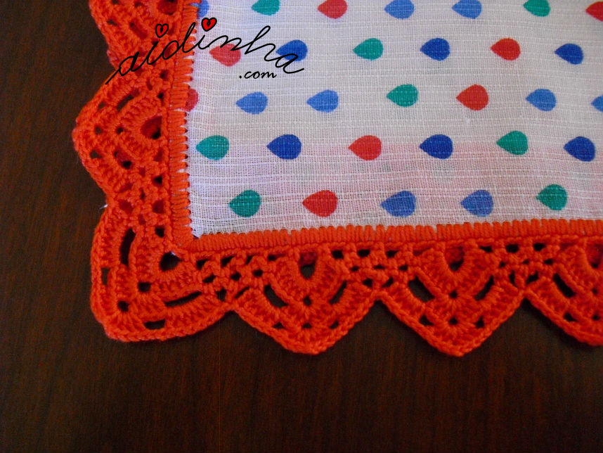 Pormenor do picô de crochet vermelho