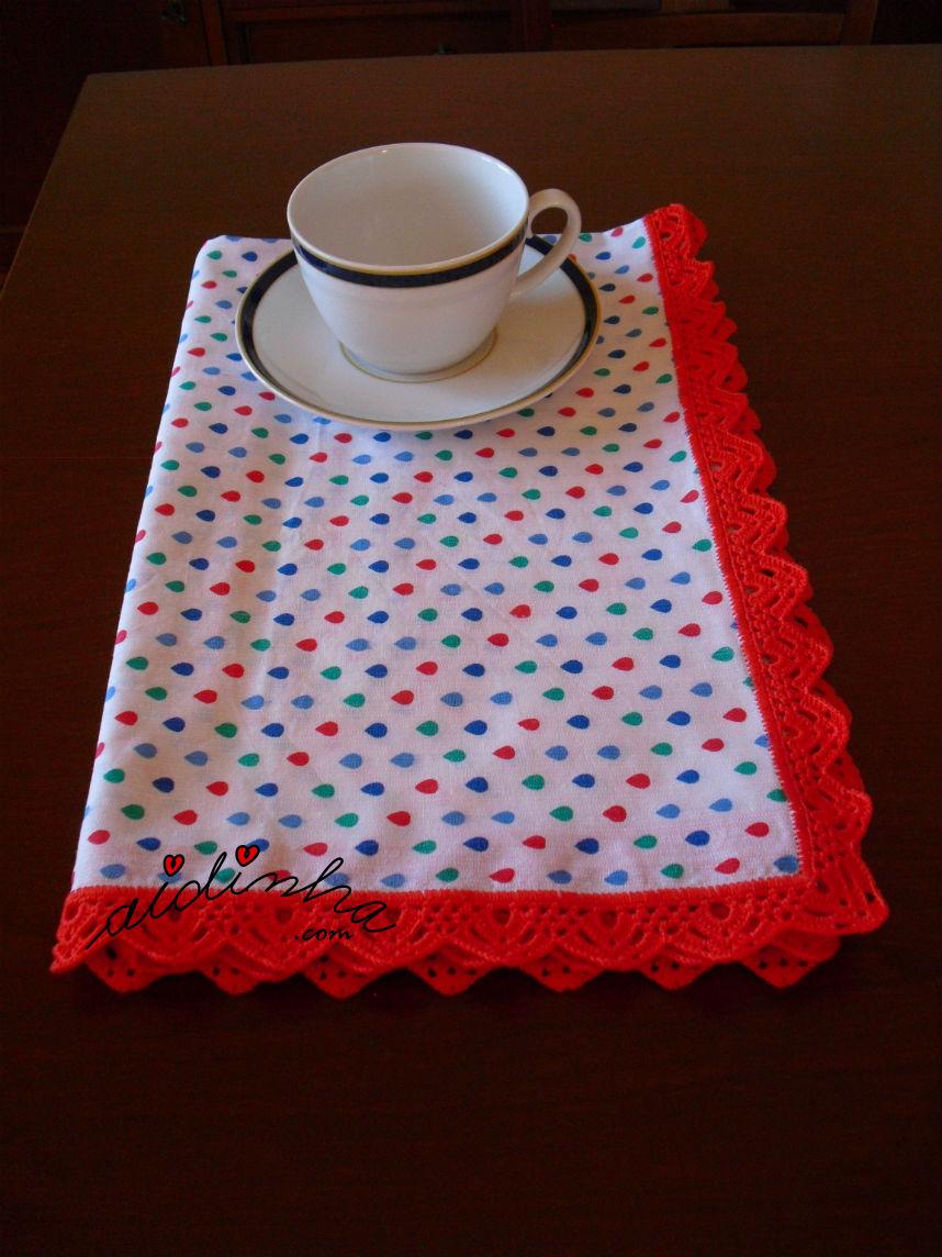 Outra vista do pano cozinha/copa com picô vermelho de crochet