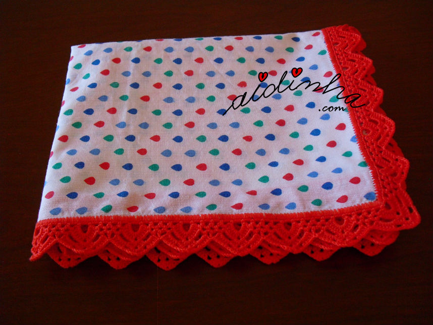 Outra vista do pano cozinha/copa com picô de crochet vermelho