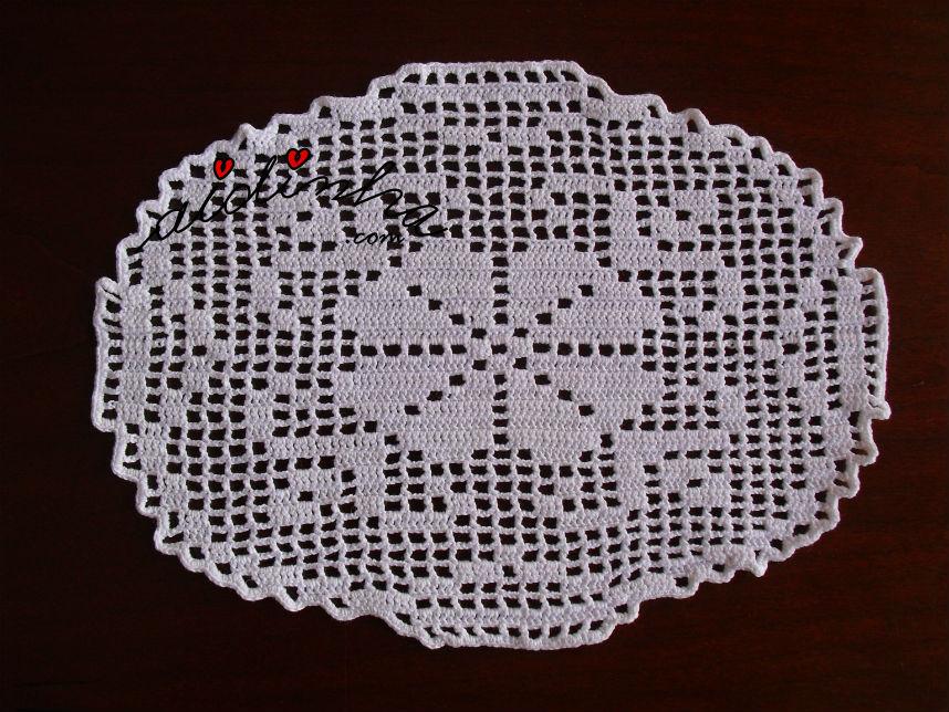 Pequeno naperon, de crochet, com flor