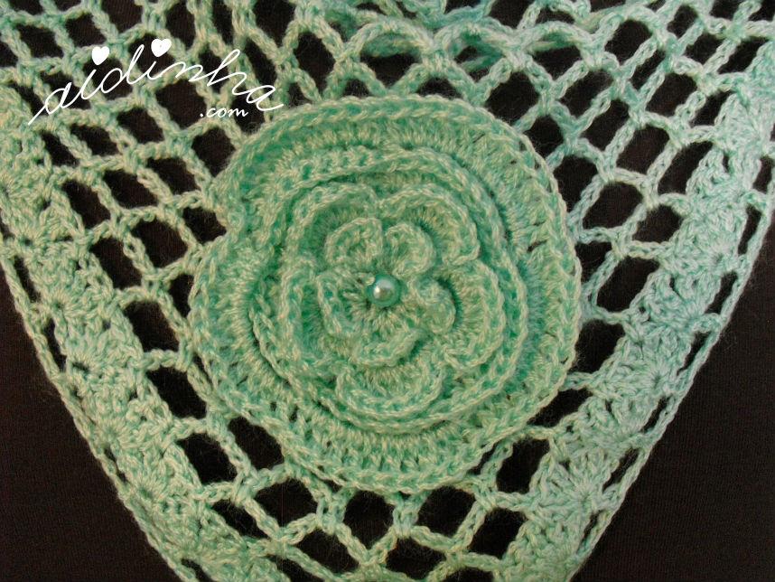 Pormenor da flor central do baktu, de crochet, verde água
