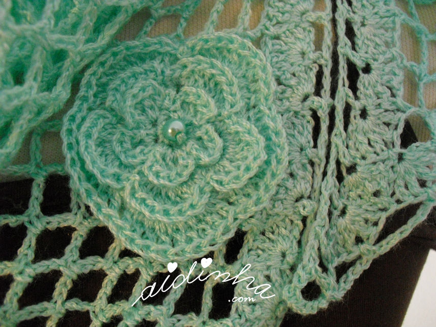 Vista da flor do lado, do baktu, de crochet, verde água com flores