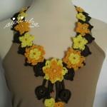 Colar, em crochet, com flores amarelas e laranja