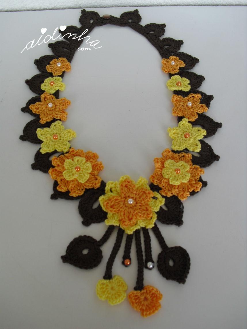 Vista total do colar de crochet, amarelo e laranja