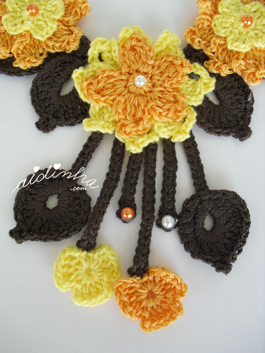 Flor central do colar, de crochet, amarelo e laranja