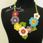 "Colar ""Bouquet"", em crochet"
