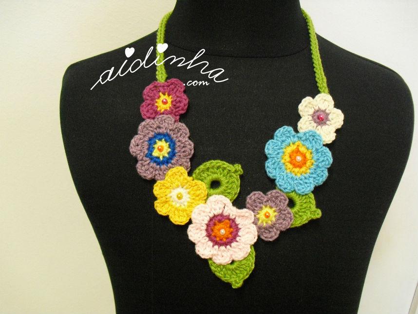 Colar de crochet, com flores coloridas