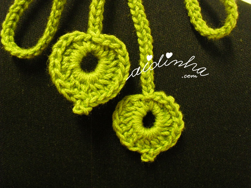 Foto das folhas pendentes detrás do colar de crochet