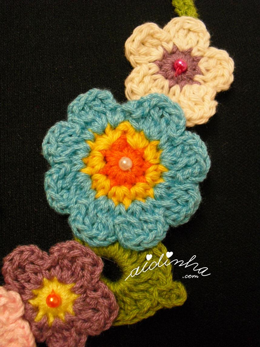 Flores do lado direito do colar de crochet