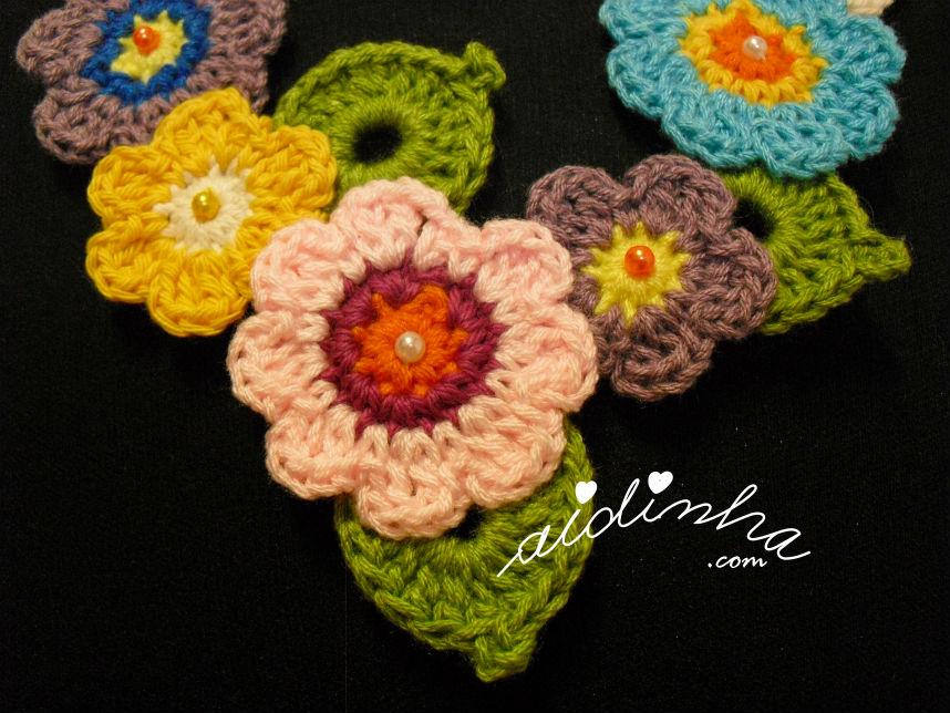 Flores da parte central, do colar de crochet