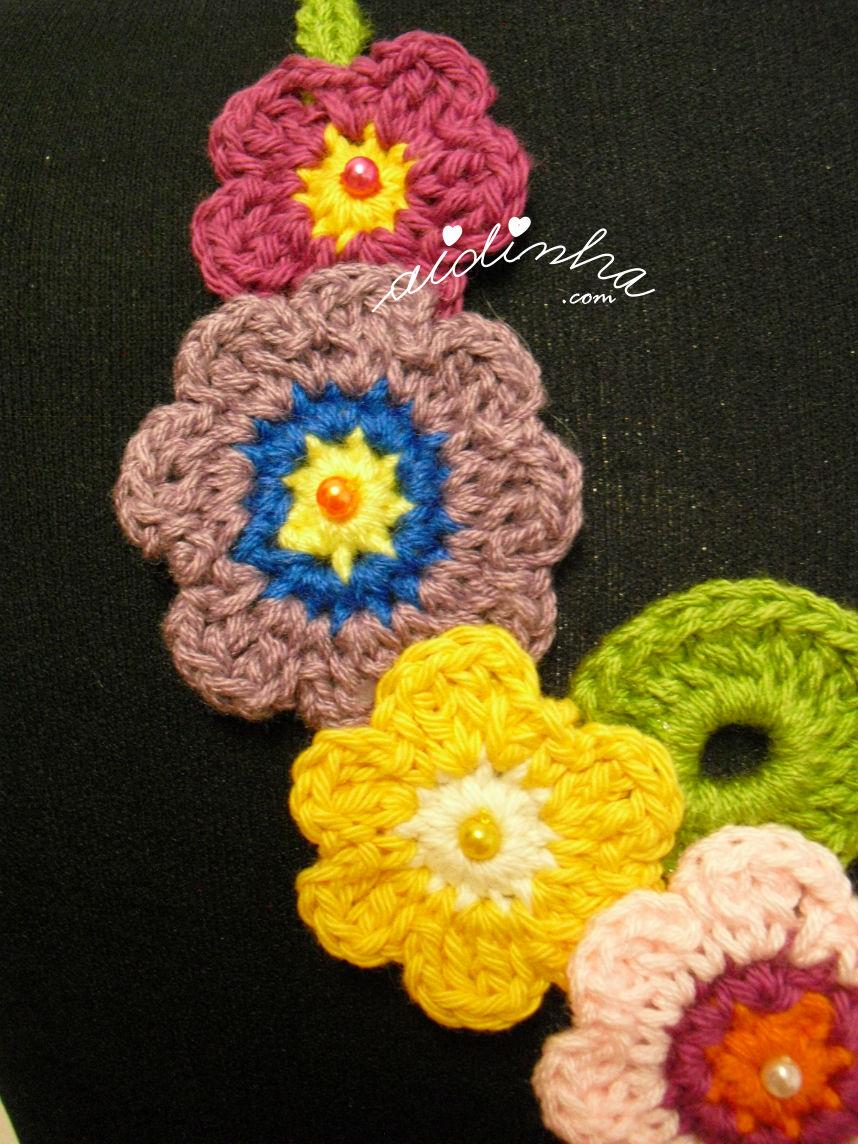Pormenor das flores do lado esquerdo do colar de crochet