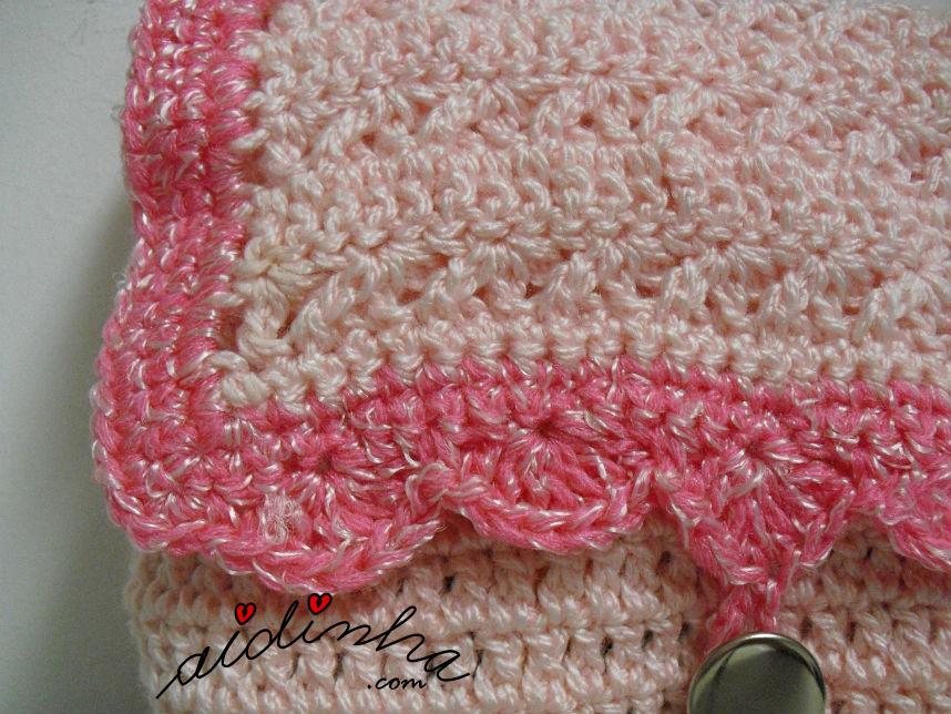 Pormenor do ponto da tampa da bolsa de crochet, rosa e prata