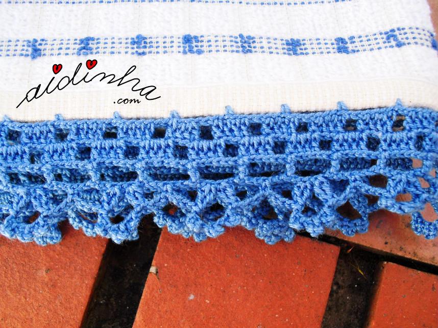 Foto de perto do picô de crochet azul