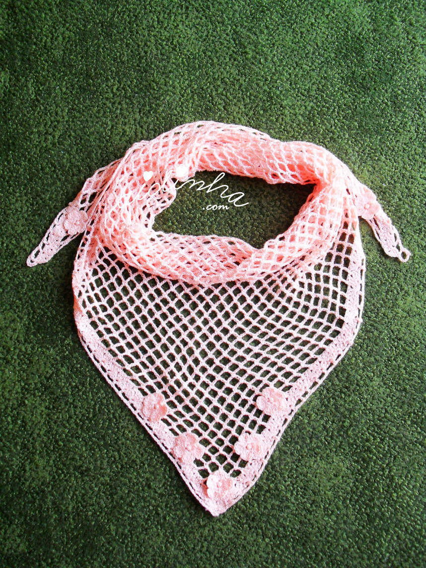 Vista total do baktu de crochet salmão, com florinhas