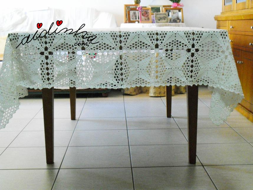 Foto com vista de lado da toalha mesa de crochet