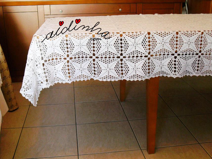 Outra vista da parte de lado da toalha mesa de crochet
