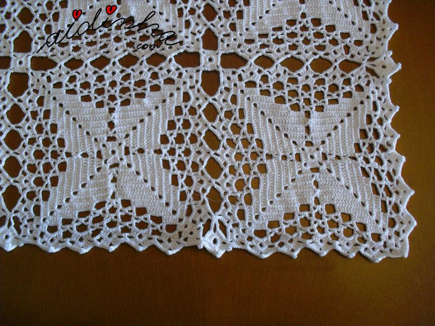 Vista dos quadrados de crochet da toalha de mesa