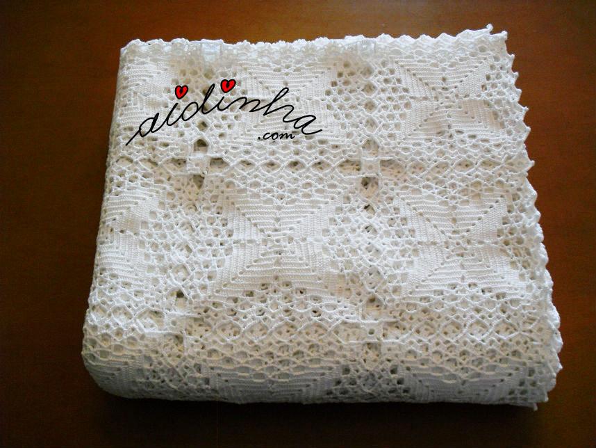 Foto da toalha mesa de crochet dobrada
